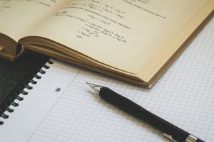 cuaderno y boligrafo escolar